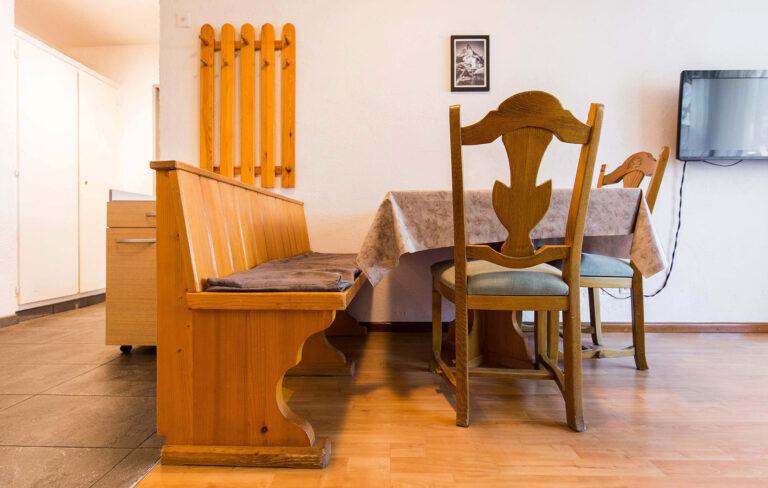 budget_apartments_zermatt_haus_theodul_306_living_dining_010
