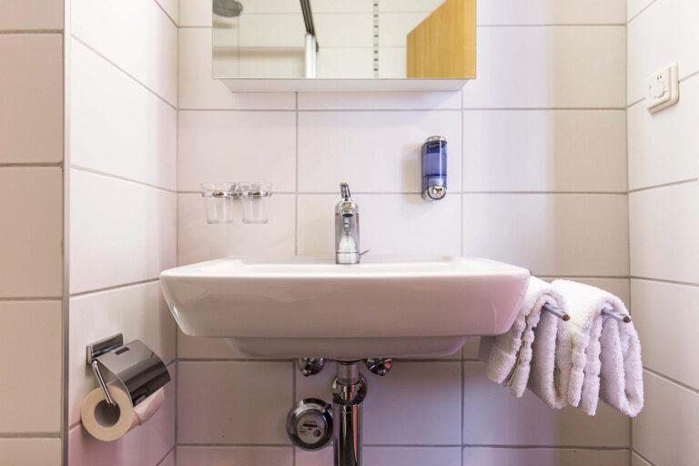 budget_apartments_zermatt_haus_theodul_405_bathroom_011