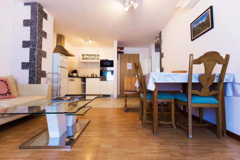 budget_apartments_zermatt_haus_theodul_406_living_010
