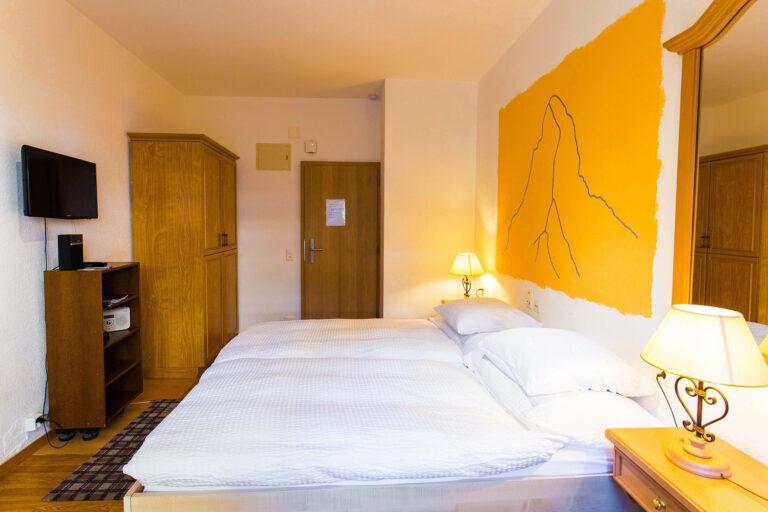 budget_apartments_zermatt_haus_theodul_parterre_04_bedroom_012