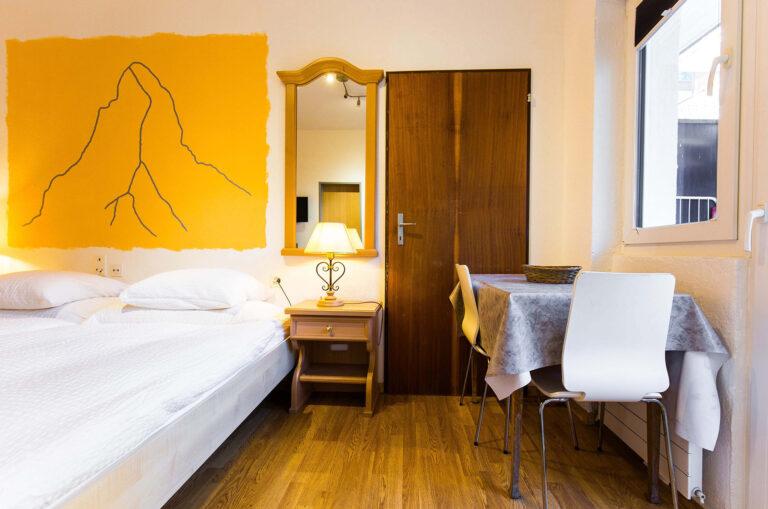 budget_apartments_zermatt_haus_theodul_parterre_04_bedroom_013
