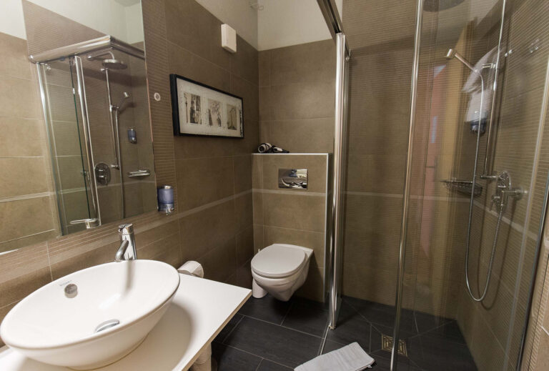 haus_theodul_zermatt_budget_apartments_parterre_bathroom_011