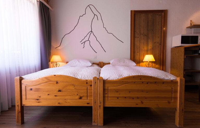 haus_theodul_zermatt_budget_apartments_parterre_bedroom_010